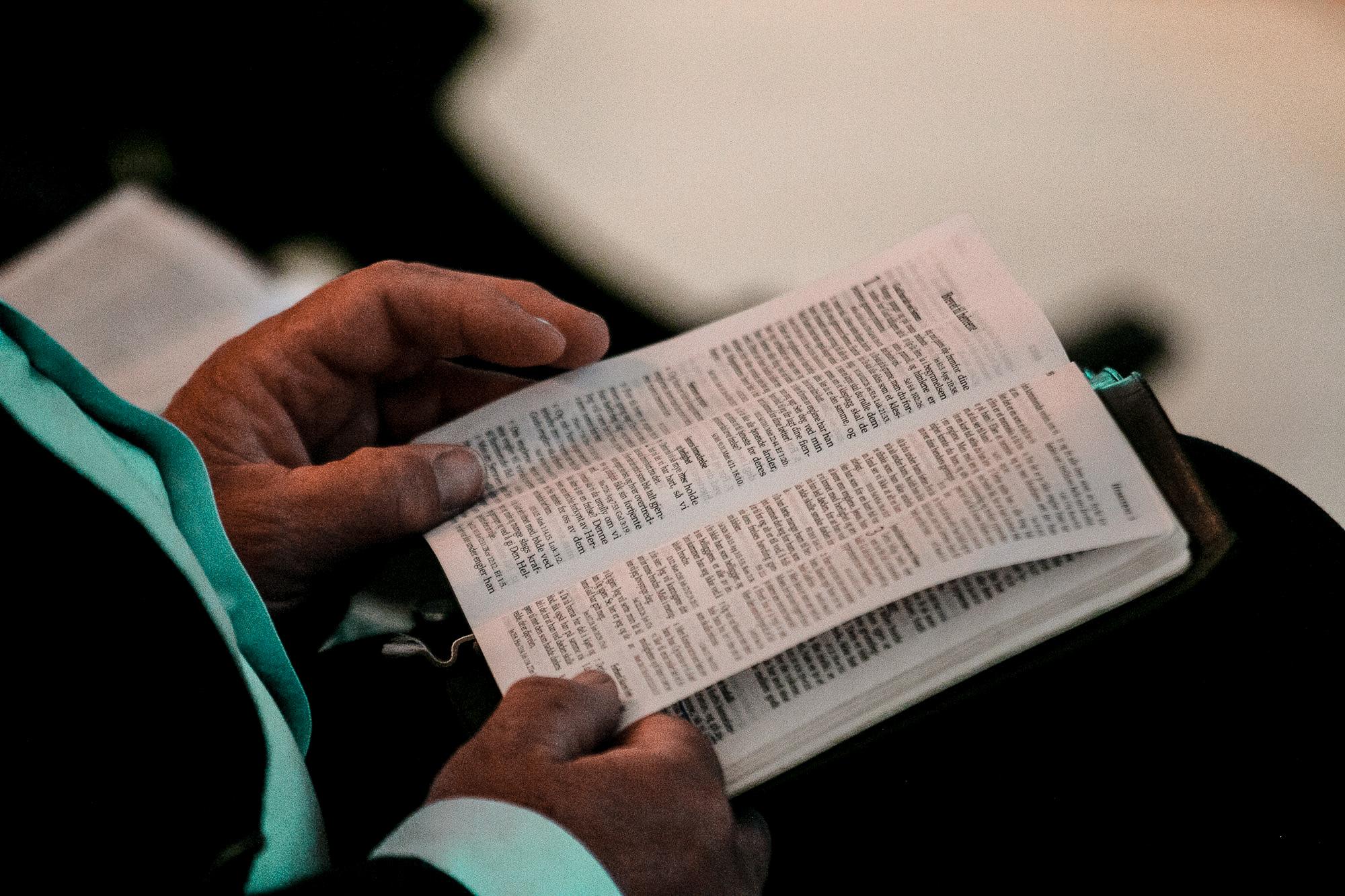 Mann leser i bibelen
